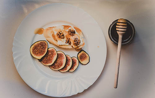 Мед з волоськими горіхами, арахісом і насінням